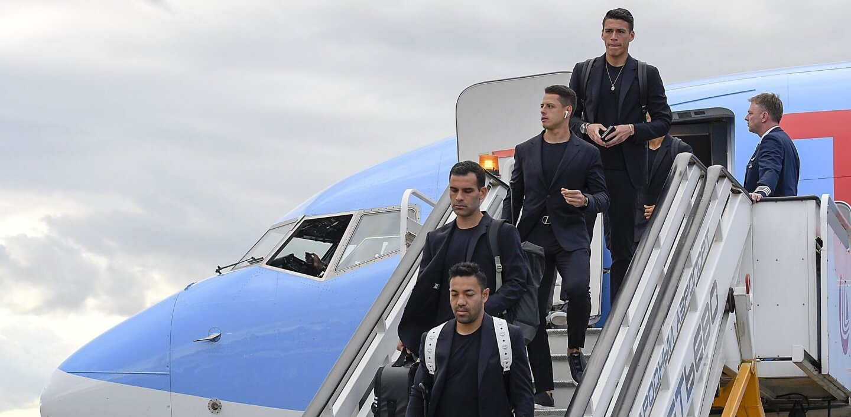 Marco Fabián, Rafael Márquez, Chicharito Hernández y Héctor Moreno bajan del avión en el aeropuerto Sheremetyevo de Moscú.