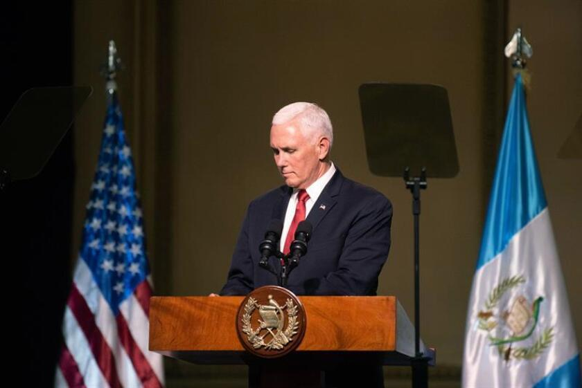 El vicepresidente de Estados Unidos, Mike Pence, habla durante una conferencia multilateral posterior a la reunión con los presidentes del Triángulo Norte de Centroamérica el 28 de junio de 2018, en el Palacio Nacional de la Cultura de Ciudad de Guatemala (Guatemala). EFE
