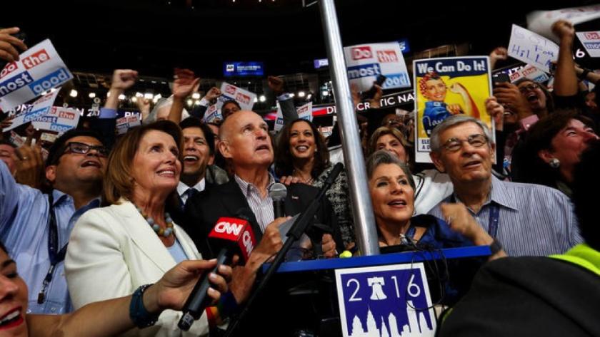 El gobernador Jerry Brown, con la delegación de California, anuncia sus votos durante la Convención Nacional Demócrata, el martes último (Carolyn Cole/Los Angeles Times).