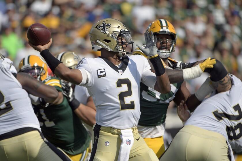 El quarterback de los Saints de Nueva Orleans Jameis Winston lanza un pase en la primera mitad del juego