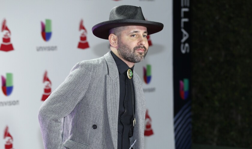 En esta foto del 15 de noviembre de 2018, Eduardo Cabra, de Calle 13, llega a la ceremonia de los Latin Grammy en Las Vegas.