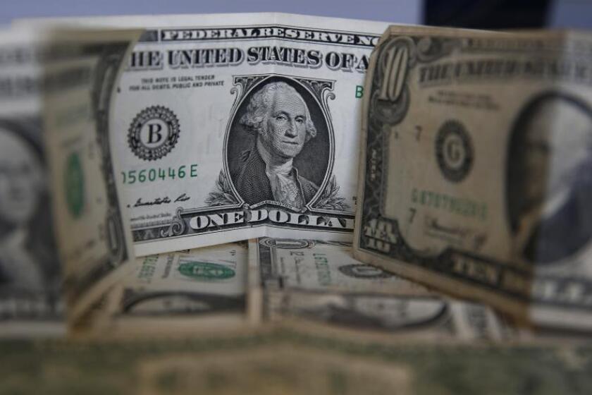 Imagen de archivo de billetes de dólar. EFE/Marcelo Sayão/Archivo