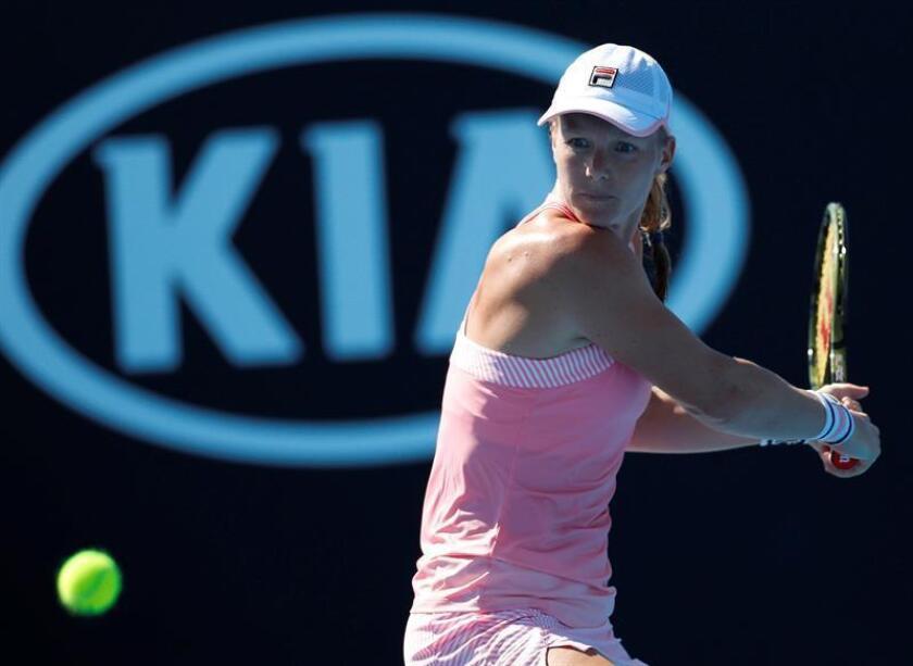 La holandesa Kiki Bertens, en acción durante su partido frente a la norteamericana Alison Riske hoy en el Abierto de Australia. EFE