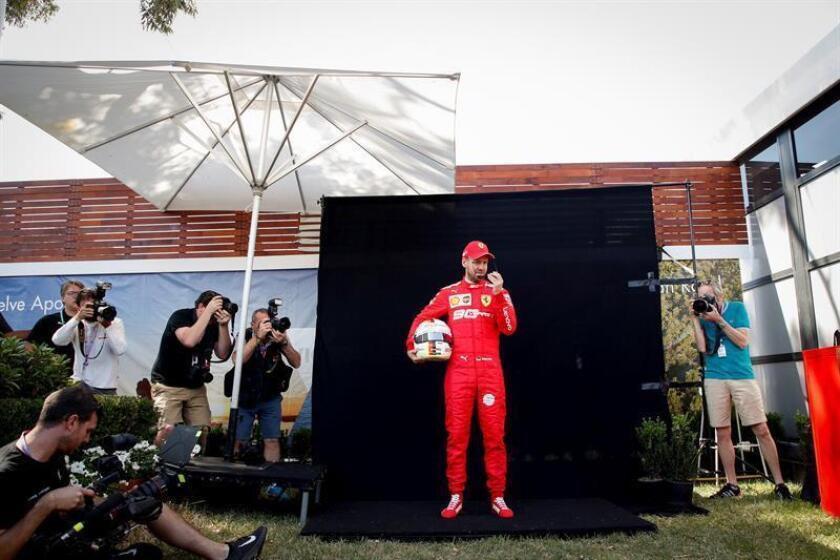 El piloto alemán de Fórmula Uno Sebastian Vettel, de Ferrari, posa durante la sesión de fotos previa a la celebración del Gran Premio de Fórmula Uno de Australia, este viernes en el circuito Albert Park de Melbourne (Australia). EFE