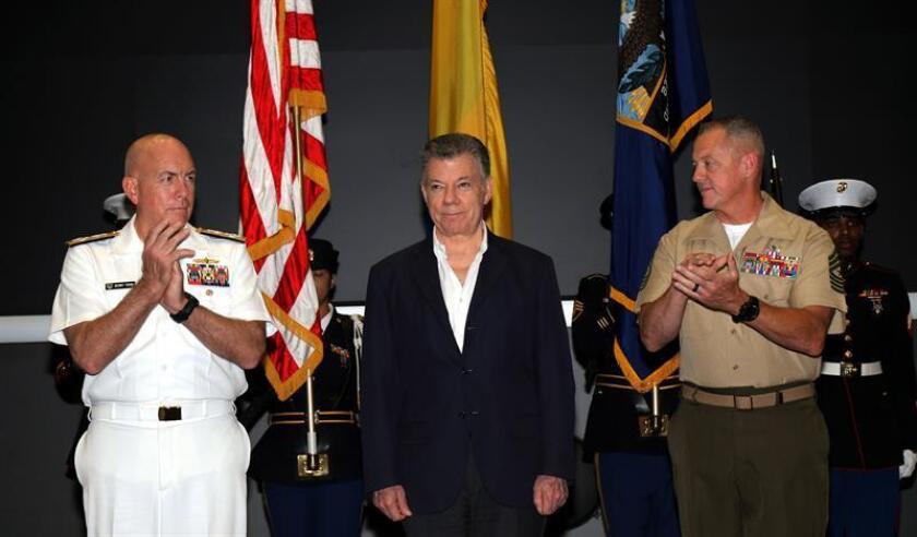 Fotografía cedida por el Comando Sur de EE.UU. (Southcom), en donde aparece su comandante, el almirante de la Marina Kurt Tidd (i), y el sargento de Marina de EE.UU., el mayor Bryan Zickefoose (d), aplaudiendo al presidente de Colombia, Juan Manuel Santos (i), a su llegada hoy, miércoles 25 de abril de 2018, a la sede militar en Miami, Florida (EE.UU.). EFE/José Ruiz/Southcom/SOLO USO EDITORIAL/NO VENTAS