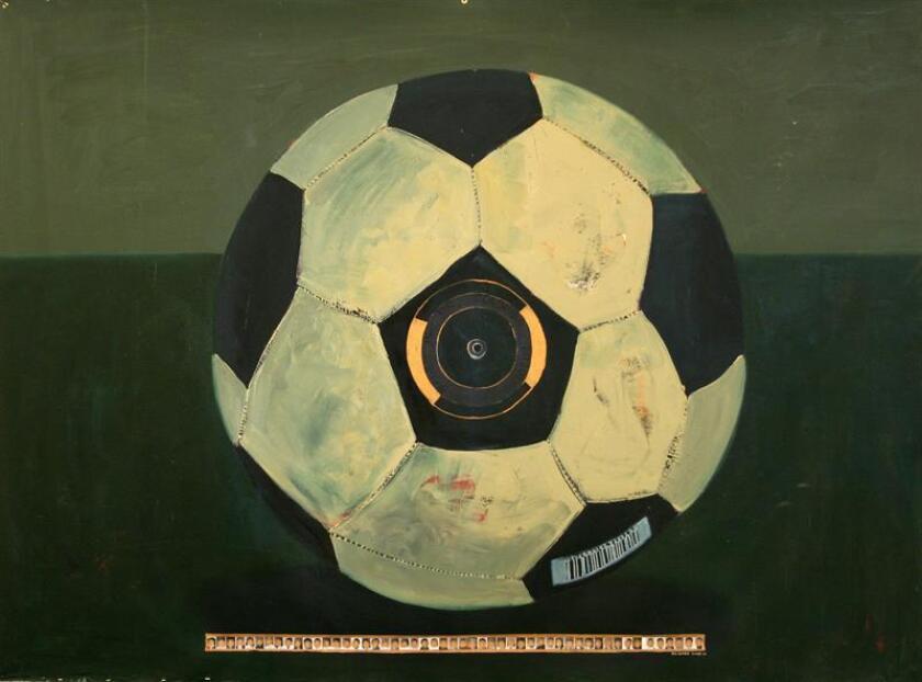 """Fotografía cedida de la obra """"Made in the Colonies (Hecho en las colonias)"""" (2008-11) de George Afedzi Hughes, que forma parte de la exposición """"El fútbol, deporte de todos, y el arte contemporáneo"""" que unirá desde el 13 de abril hasta el 2 de septiembre el """"lenguaje universal"""" que supone este juego con sus intrínsecas implicaciones sociales. EFE/George Afedzi Hughes/Galería Skoto/PAMM/SOLO USO EDITORIAL/NO VENTAS"""
