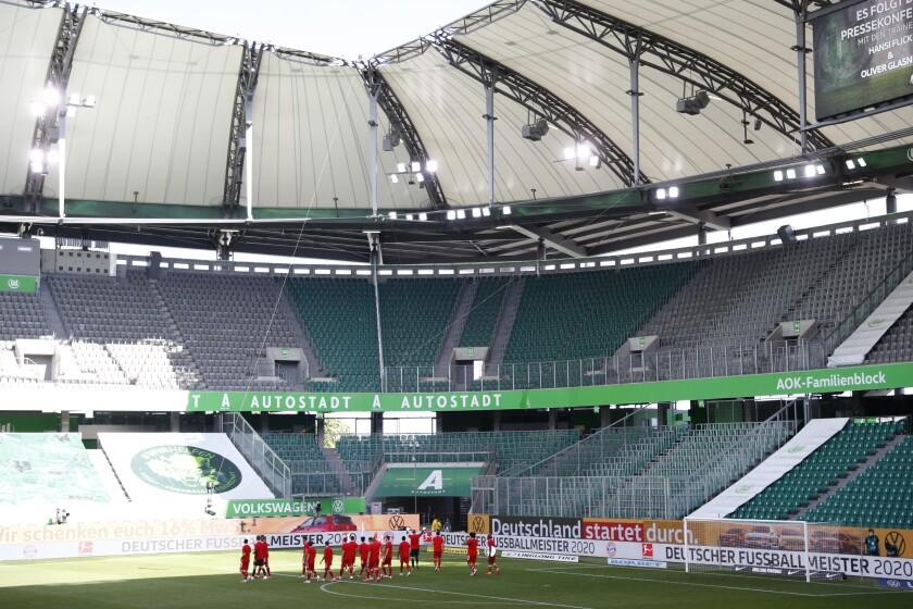 Los jugadores del Bayern Múnich celebran en un estadio desierto