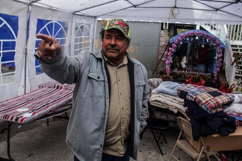 El afectado por el huracán Harvey José Beltrán posa en el patio de su casa, acondicionado como altar, hoy, viernes 8 de diciembre de 2017, en Conroe (EE.UU.). A primera hora de la mañana de hoy, las calles de Houston (EE.UU.) amanecieron cubiertas de una fina sábana de nieve, un mal presagio para residentes como Luis Sánchez Rivera, natural de Guerrero (México) y un afectado directo por el huracán Harvey. EFE