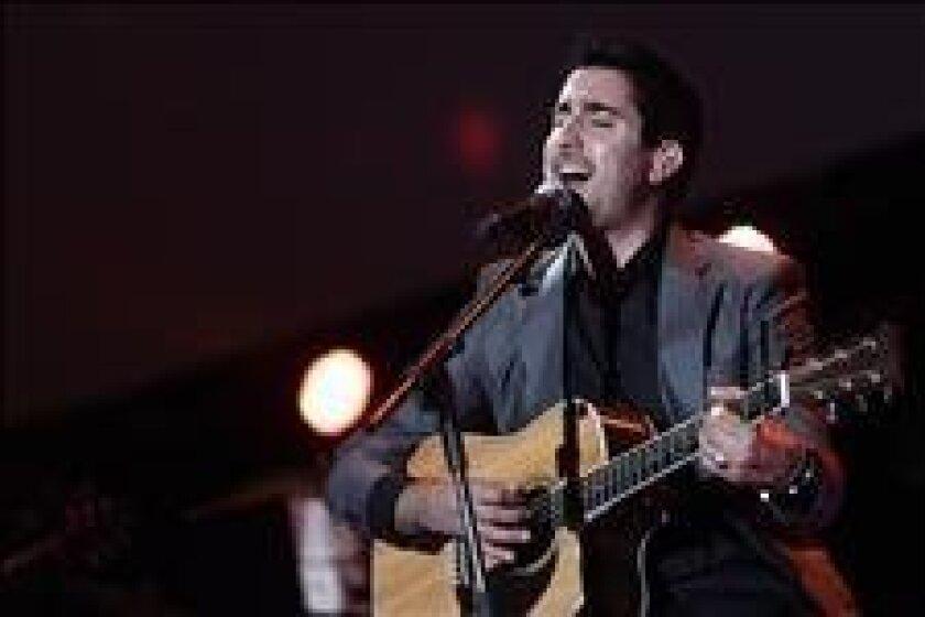El cantante español Álex Ubago durante su actuación en un concierto en Madrid en marzo pasado. EFE/Archivo