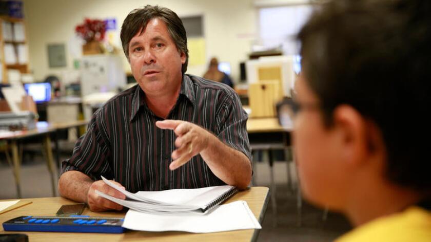 Keith Christian, quien enseña a estudiantes ciegos y con deficiencia visual, trabaja con Brennan Lamarra, de 12 años, un estudiante de sexto grado en Clara Barton Elementary School, en Anaheim (Allen J. Schaben/Los Angeles Times).