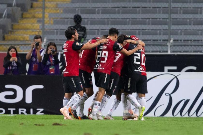 Jugadores de Atlas festejan una anotación ante Toluca durante un partido correspondiente a la jornada 11 del torneo mexicano de fútbol, celebrado en el estadio Jalisco. EFE