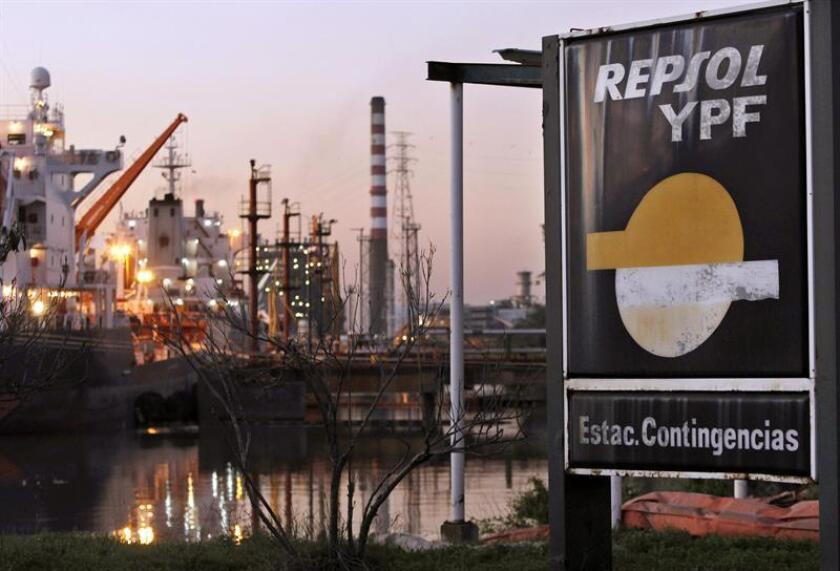 Una demanda presentada contra Argentina por la nacionalización de la petrolera YPF podrá continuar su curso en EE.UU., después de que hoy un tribunal de apelaciones de Nueva York rechazase un recurso presentado por el país latinoamericano. EFE/ARCHIVO