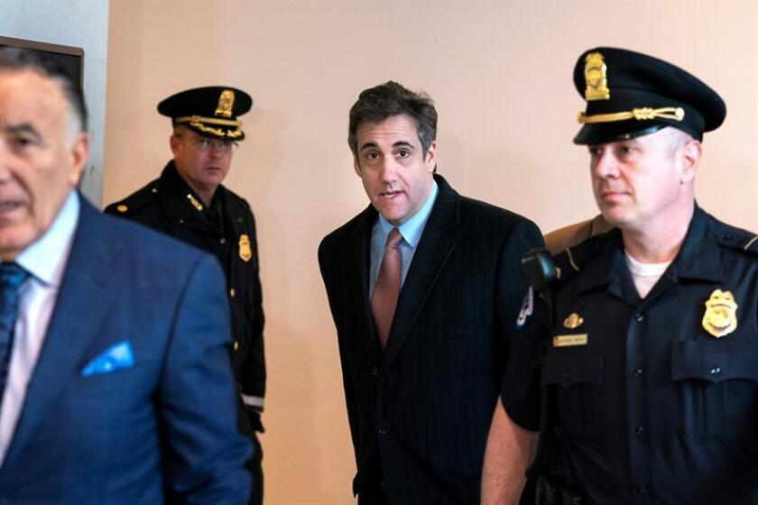 Michael Cohen (c), exabogado personal del presidente de EE.UU., Donald Trump, llega para testificar ante el Comité Permanente de Inteligencia de la Cámara en el Capitolio, en Washington DC (Estados Unidos). EFE
