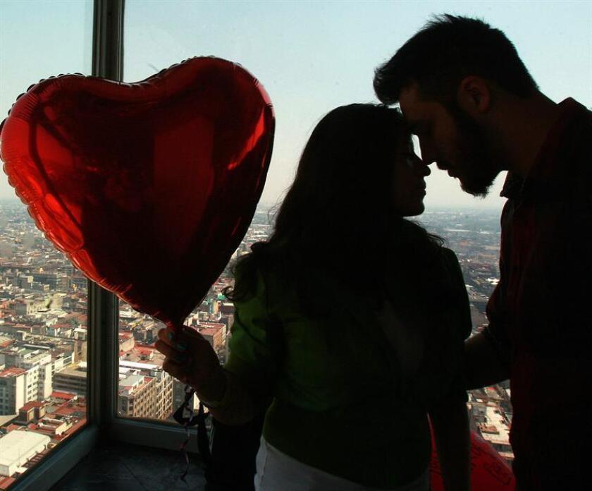 Fotografía de archivo del 14 de febrero de 2016, de una pareja en el día del Amor y la Amistad en Ciudad de México (México). EFE