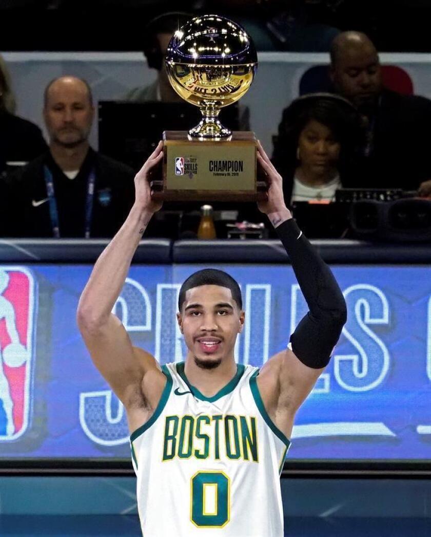 Jayson Tatum, jugador de los Celtics de Boston, sostiene el trofeo Skills Challenge después de haberlo ganado durante el All-Star Saturday Night en All Star Weekend en el Spectrum Center en Charlotte, Carolina del Norte, EE. UU., 16 de febrero de 2019. (Baloncesto, Estados Unidos) EFE