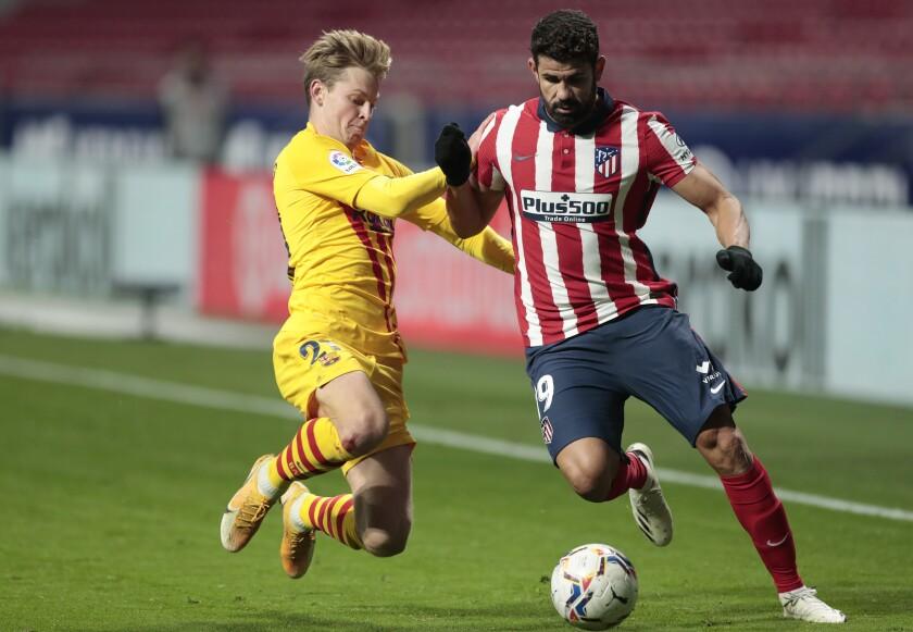 El atacante de Villareal Gerard Moreno, izquierda, celebra tras anotar un gol en un partido contra Real Madrid