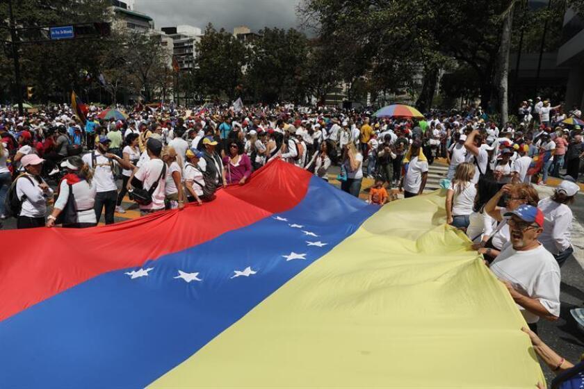 Personas participan en una manifestación a favor del ingreso de ayuda humanitaria a Venezuela, en Caracas (Venezuela). EFE/Archivo
