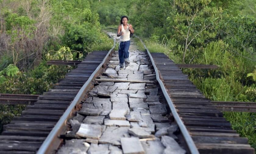 Un migrante corre para intentar subirse al tren conocido como 'La Bestia', en Chacamax, Chiapas, el mes pasado. Cientos de migrantes centroamericanos deben librar varios obstáculos en su intento por llegar a Estados Unidos.