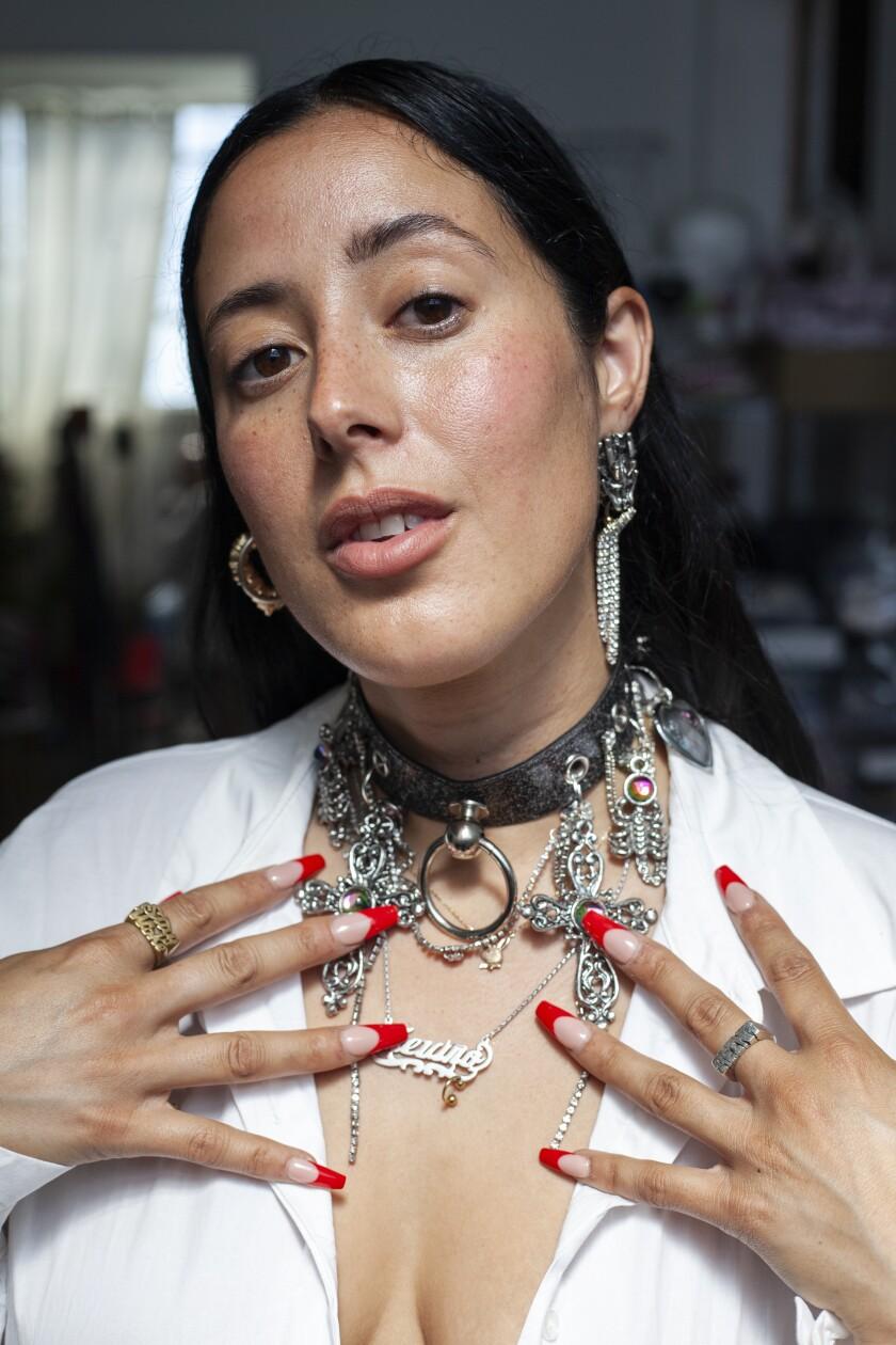 La gioielleria contemporanea Georgina Trevino nel suo studio
