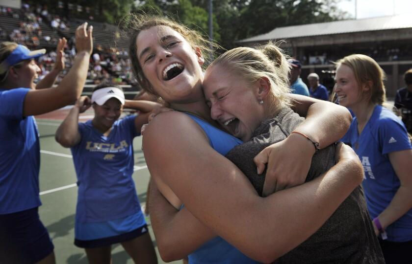 Jennifer Brady, centro, celebra con sus compañeros de equipo después de que UCLA ganó el campeonato nacional de 2014.