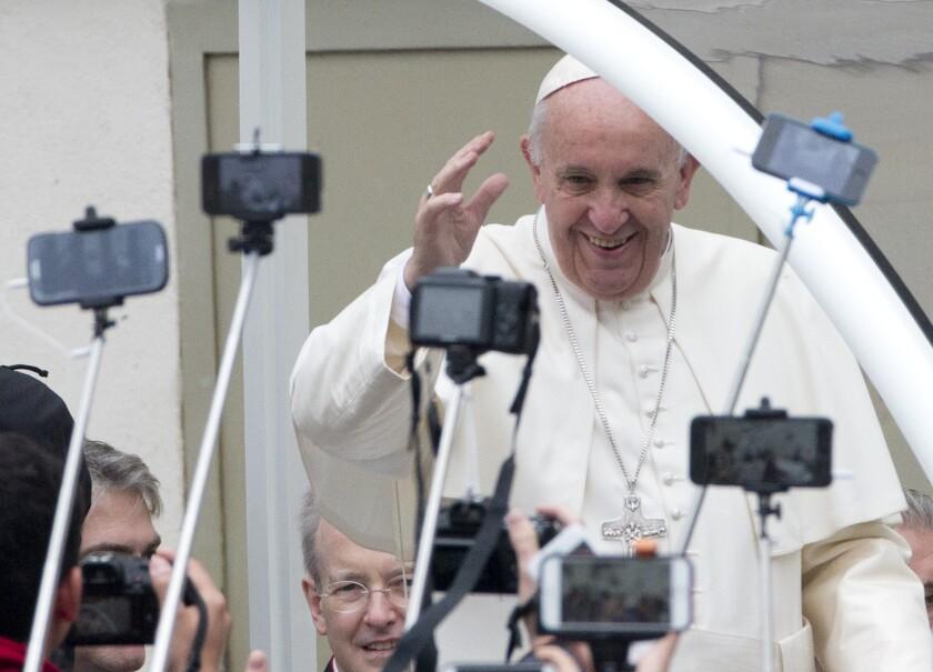 """El papa Francisco arriba a su audiencia general semanal en la Plaza de San Pedro en el Vaticano el miércoles, 28 de octubre del 2015. Francisco criticó fuertemente el viernes a sacerdotes y obispos católicos que """"difamaron"""" al arzobispo salvadoreño Oscar Romero, incluso tras su asesinato, en una campaña que demoró su beatificación este año. (Foto AP/Alessandra Tarantino)"""