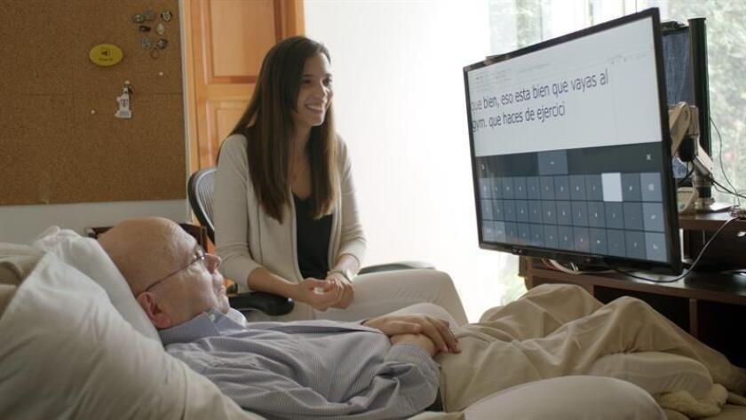 Fotografía cedida por Microsoft en la que se registró al analista de datos guatemalteco Otto Knoke (i), quien padece esclerosis lateral amiotrófica y se convirtió en la primera persona en Guatemala en usar el nuevo software de seguimiento ocular de Microsoft para Windows 10, llamado Eye Control. EFE