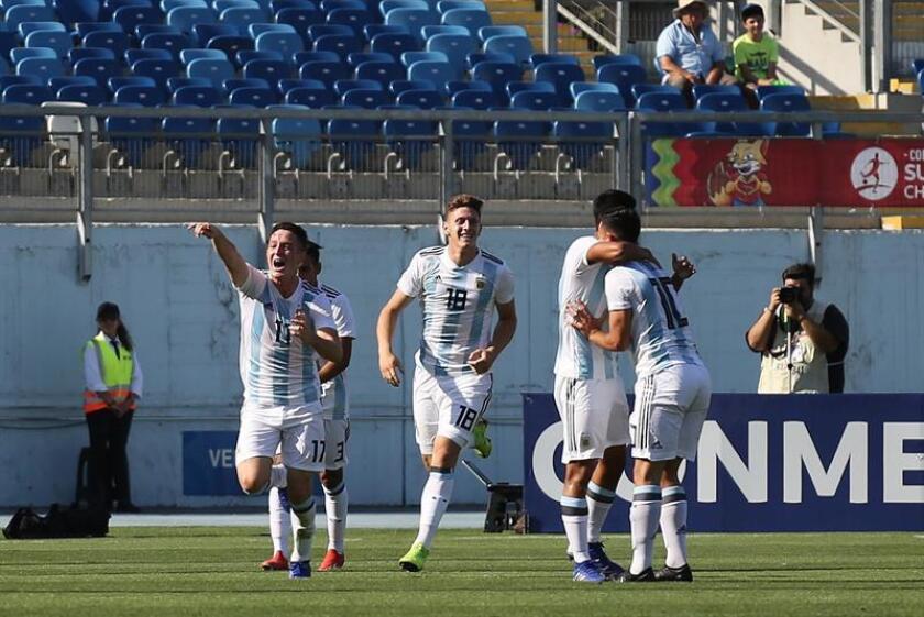 Anibal Moreno (i) de Argentina festeja su gol ante Uruguay el pasado jueves durante un partido del campeonato sudamericano sub 20 entre Argentina y Uruguay disputado en el estadio El Teniente en Rancagua (Chile). EFE