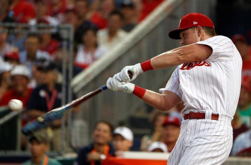 Rhys Hoskins de Phillies de Filadelfia batea una pelota, durante una practica para la edición 89 del Juego de las Estrellas de la MLB en el Parque de los Nacionales en Washington (EE.UU.). EFE/Archivo