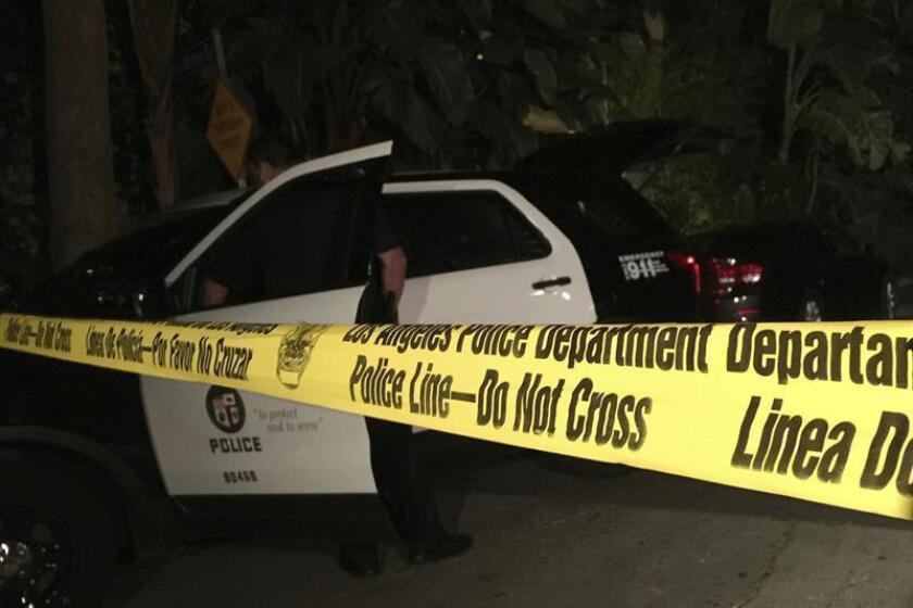 Agentes de la policía de Los Ángeles acordonan la casa de Andrew Getty en Beverly Hills, Los Ángeles, Estados Unidos, el martes 31 de marzo de 2015. EFE/Archivo