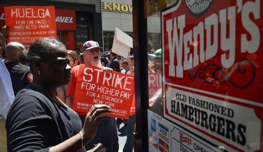 El alcalde de Nueva York, Bill de Blasio, anunció hoy la propuesta de una nueva normativa municipal que busca beneficiar a decenas de miles de trabajadores del sector de restaurantes de comida rápida con horarios laborales más justos. EFE/ARCHIVO