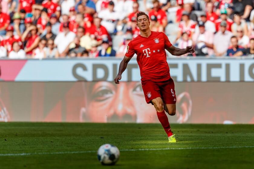 Bayern-Munch's Robert Lewandowski controls the ball during a match against FSV Mainz on Aug. 31.