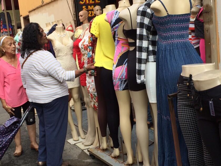 El Distrito de la Moda es una de las áreas de mayor actividad comercial en los denominados callejones de Los Ángeles.