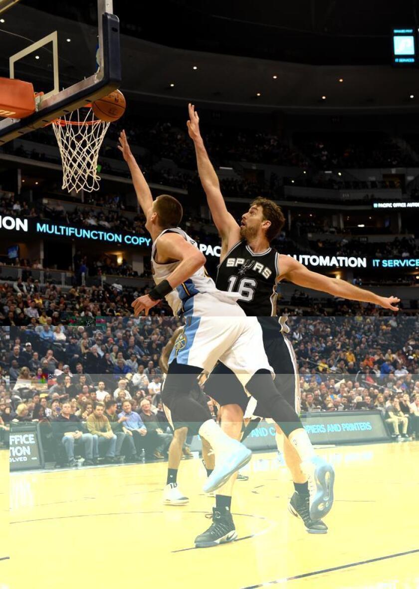 El jugador Nikola Jokic (i) de Denver Nuggets en acción ante Pau Gasol (d) de San Antonio Spurs hoy, jueves 5 de enero de 2017, durante un partido de baloncesto de la NBA entre San Antonio Spurs y Denver Nuggets en Denver (EE.UU.). EFE