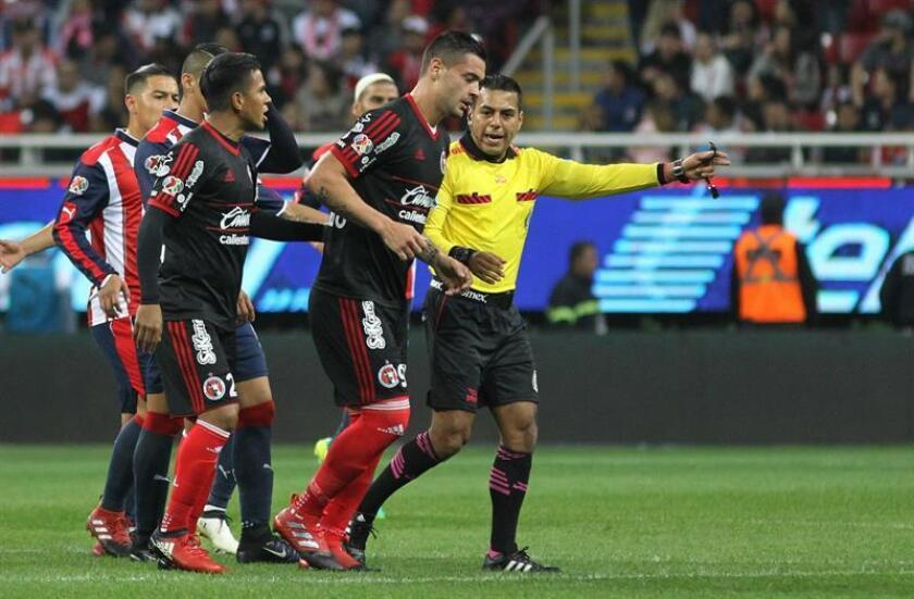 Milton Caraglio de Xolos de Tijuana festeja su anotacion ante Chivas, el pasado sábado 21 de enero de 2017, en un partido correspondiente a la jornada tres del Torneo Clausura del fútbol mexicano en el estadio Chivas, en Guadalajara (México). EFE/Archivo