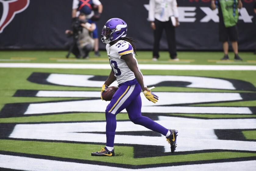 El running back Dalvin Cook anota un touchdown por los Vikings de Minnesota