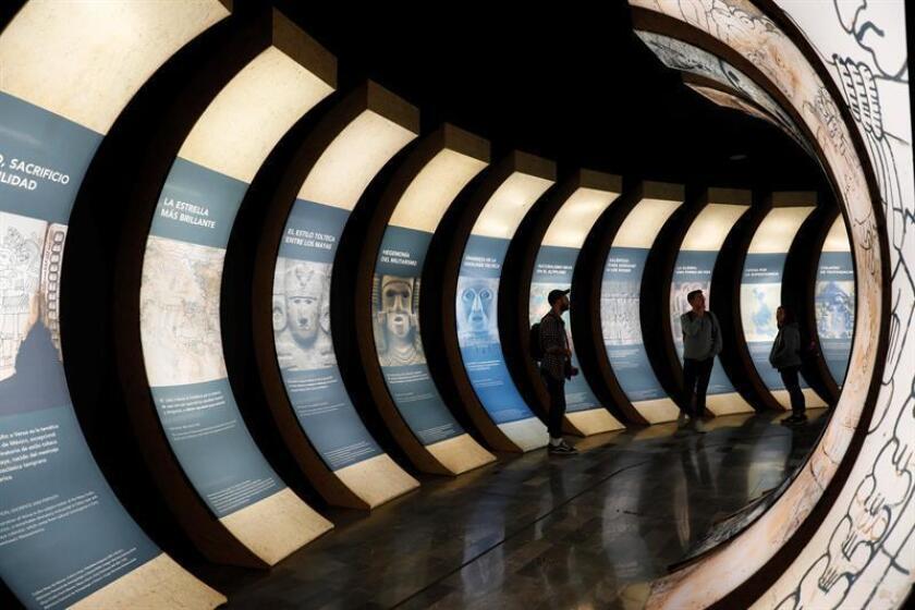 """Fotografía de la exposición """"Códice Maya de México: eslabón, puente y testigo"""" ayer viernes, 12 de octubre de 2018, en el Museo de Antropología de Ciudad de México (México). EFE"""