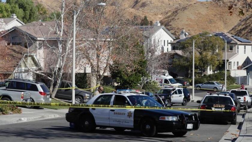 Se está llevando a cabo una investigación después de que cuatro personas fueron encontradas muertas a tiros el viernes en una casa ubicada en la cuadra en la cuadra 28800 de la calle Startree Lane, en Santa Clarita. (Irfan Khan / Los Angeles Times)