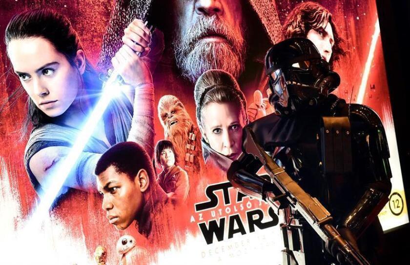 """""""Star Wars: The Last Jedi"""" hizo un debut en taquilla casi sin precedentes al ingresar desde su estreno 220 millones de dólares, la segunda mejor actuación de todos los tiempos, por detrás de su hermana """"Star Wars: The Force Awakens"""", informó hoy la web especializada The Hollywood Reporter. EFE/EPA/NO USAR EN HUNGRIA"""