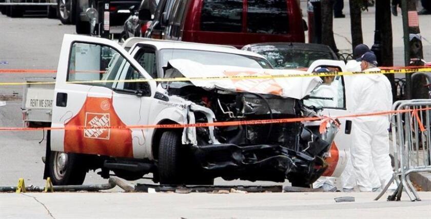 Varios miembros de la policía criminal revisan el vehículo que atropelló y mató a 8 personas e hirió a 11 en Nueva York ayer, 31 de octubre de 2017. El autor del atentado terrorista perpetrado ayer en Nueva York, que causó ocho muertos, es un inmigrante de Uzbekistán que llegó a EEUU hace varios años, según informó una persona que asegura tener lazos de amistad con él. EFE