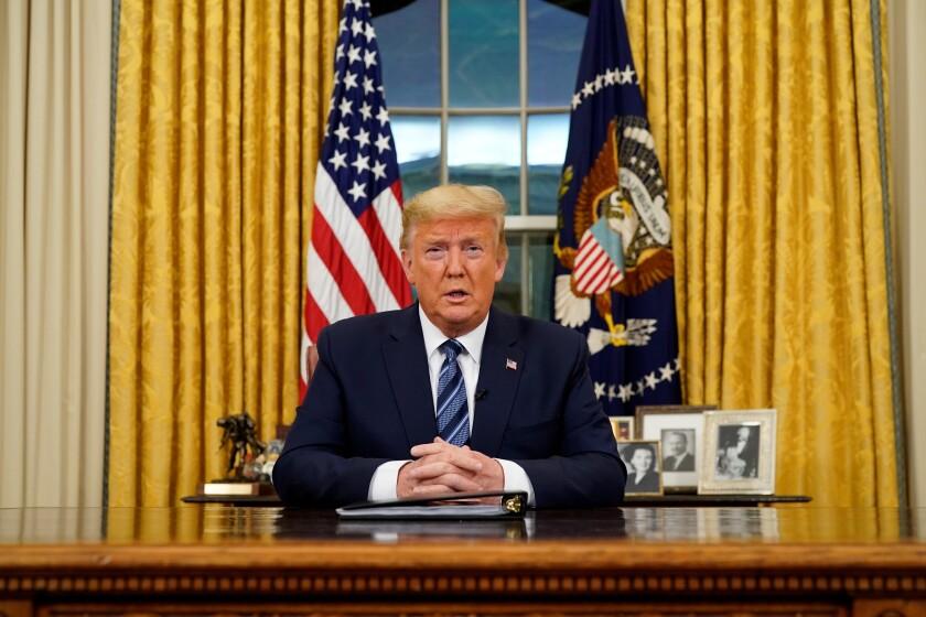 El presidente de los Estados Unidos, Donald J. Trump, se dirige a la nación desde el Despacho Oval sobre la creciente crisis del coronavirus, en Washington, DC, Estados Unidos, el 11 de marzo de 2020. El Presidente Trump anunció la suspensión de los viajes de los Estados Unidos a Europa durante los próximos 30 días. La prohibición de viajar excluye al Reino Unido. EFE/EPA/Doug Mills