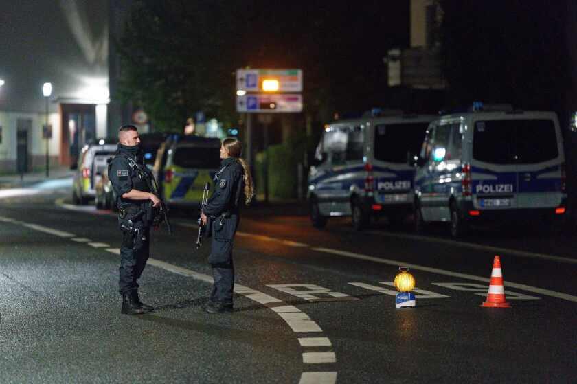 Agentes de policía bloquean una calle en el centro de la ciudad durante una operación policial para custodiar un edificio de la comunidad judía, en Hagen, Alemania, el 16 de septiembre de 2021. (Henning Kaiser/dpa via AP)