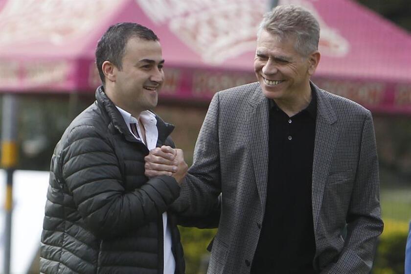 En la imagen, el director técnico brasileño Paulo Autouri (d) saluda al presidente de Atlético Nacional, Juan David Pérez (i). EFE/Archivo