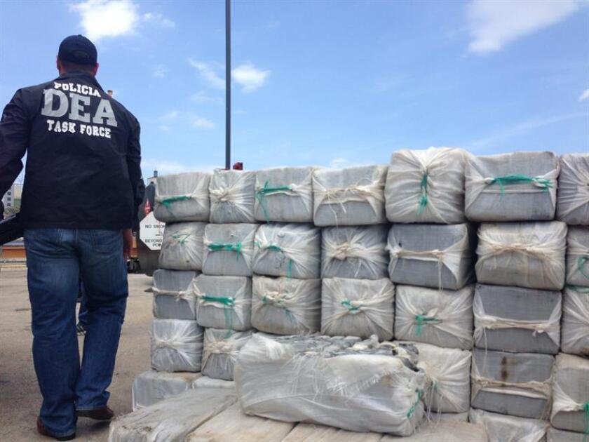 La Guardia Costera en Puerto Rico entregó hoy la custodia de tres narcotraficantes -dos dominicanos y un francés- y un alijo de cocaína de 112 kilos valorado en 3,3 millones de dólares a la Agencia Federal Antidrogas (DEA) en San Juan. EFE/Archivo