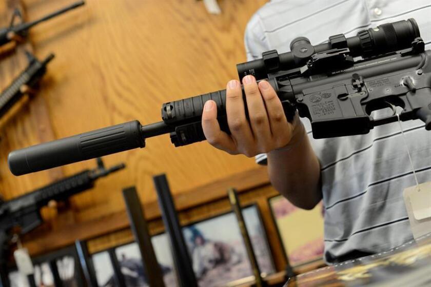 Vista de un rifle AR-15. Un estudiante de preparatoria en Whittier, al este de Los Ángeles, fue arrestado luego de que un agente de seguridad escolar lo reportara por amenaza de tiroteo y en el registro a su vivienda encontraran dos rifles de asalto AR-15, dos pistolas y abundante munición, según anunció hoy el alguacil de Los Ángeles. EFE/Archivo