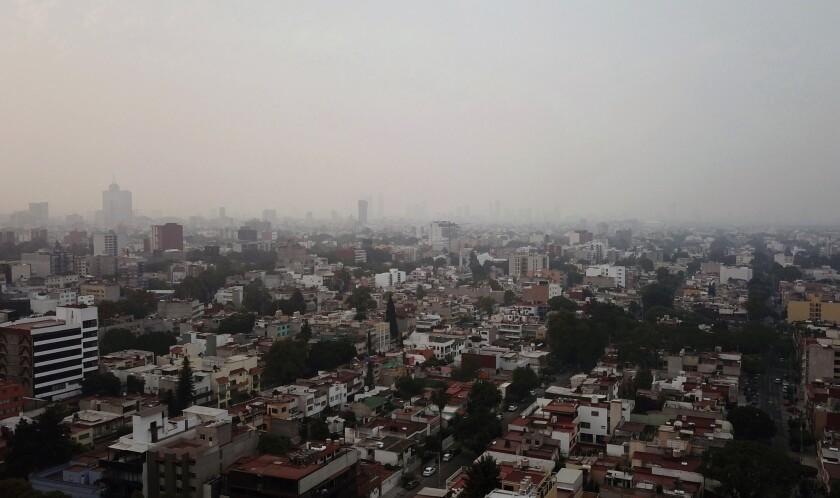 Una capa de humo cubre la Ciudad de México el domingo 12 de mayo de 2019. (AP Foto/Christian Palma)