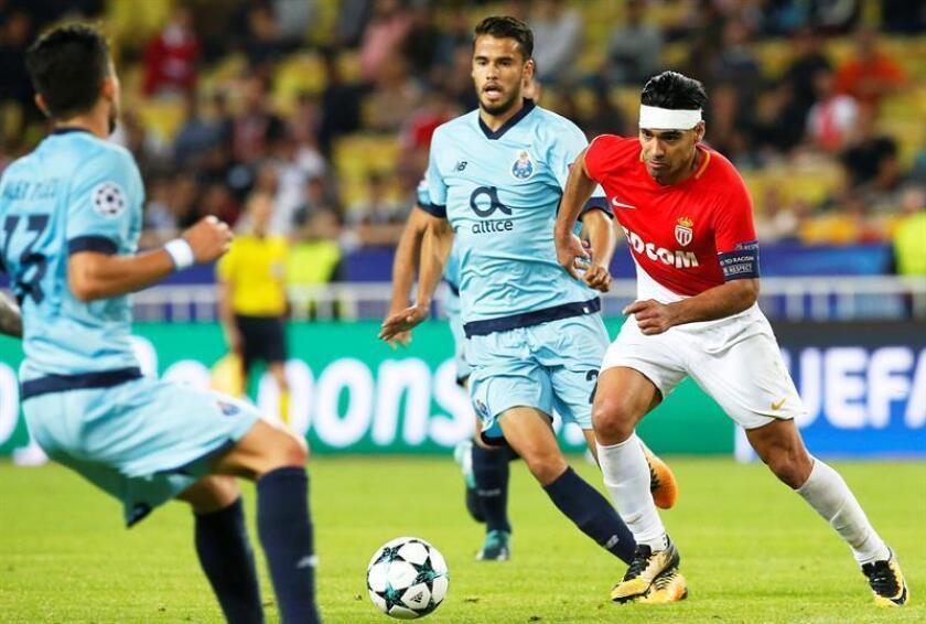 Radamel Falcao (d) del Mónaco disputa el balón con Diego Reyes (c) del Oporto durante un partido. EFE/Archivo