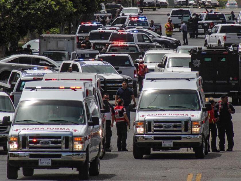 Policías estatales y federales acordonan la zona donde un hombre fue abatido por la policía hoy, lunes 30 de julio de 2018, en Tijuana, Baja California (México). EFE