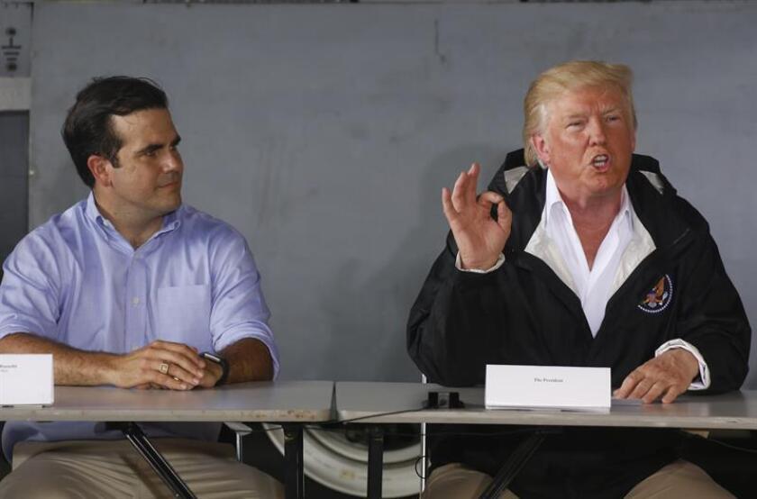 Imagen del 03 de octubre de 2017. El presidente de los Estados Unidos Donald Trump (d) habla junto al gobernador de Puerto Rico Ricardo Rosselló (i) en la sala de reuniones de la base aérea Luis Muñiz, de la Guardia Nacional, en San Juan, (Puerto Rico). EFE/ARCHIVO/POOL