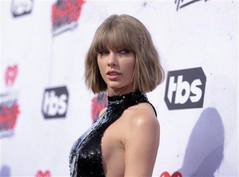 Taylor Swift llegando a la entrega de Premios iHeartRadio Music en The Forum, en Inglewood, California. Swift donará un millón de dólares a Louisiana después que lluvias torrenciales ocasionaron enormes inundaciones en el estado y la muerte de al menos 11 personas.