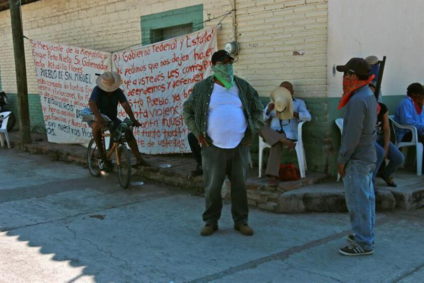 Habitantes armados vigilan la población para evitar un posible ataque de un grupo criminal denominado Los Tequileros en San Miguel Totolapan (México). EFE